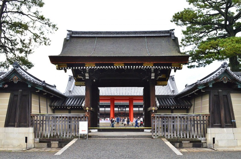 Kyoto-gosho_Kenreimon_open.jpg